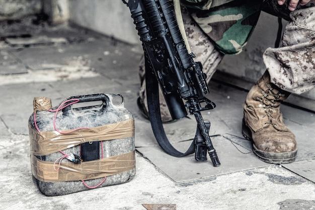 육군 군인, 반 테러리스트 팀 전투 엔지니어, 탄약 기술 장교, 바닥에 수제 폭탄이있는 폭발물 군사 전문가