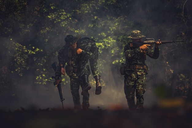 機関銃を持った戦闘服の陸軍兵士。