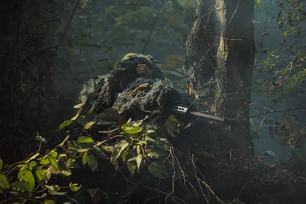 ライフルを保持している防護服の陸軍兵士。サイレンサー付きの特殊部隊兵士アサルトライフル。