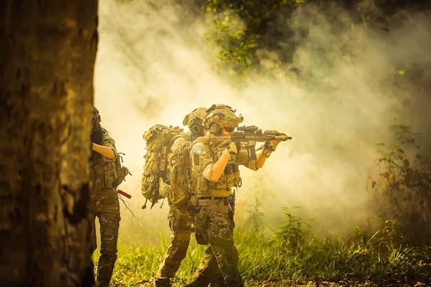 ライフルと機関銃を持った陸軍兵士
