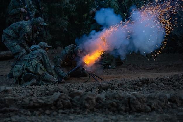 Солдаты армии во время военной операции война, армия, технологии и люди концепции
