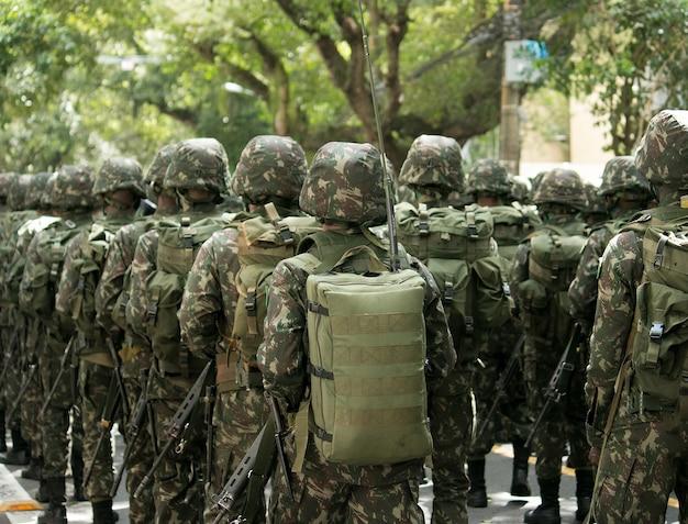 브라질에서 퍼레이드 중 육군 군인.