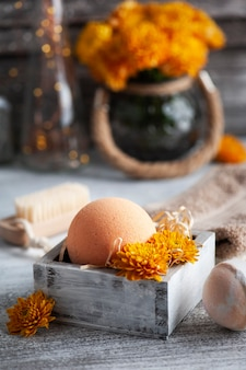 Ароматические бомбочки для ванн в спа-композиции с цветами апельсина и кисточкой. ароматерапевтическая композиция, дзен-натюрморт с огнями