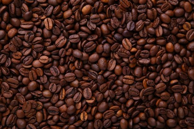アロマコーヒー豆の背景。コーヒーを閉じます。