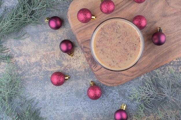 木の板にクリスマスボールとアロマコーヒー。高品質の写真