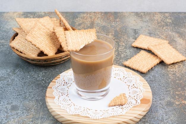 Ароматная чашка кофе с крекерами на мраморном фоне. фото высокого качества