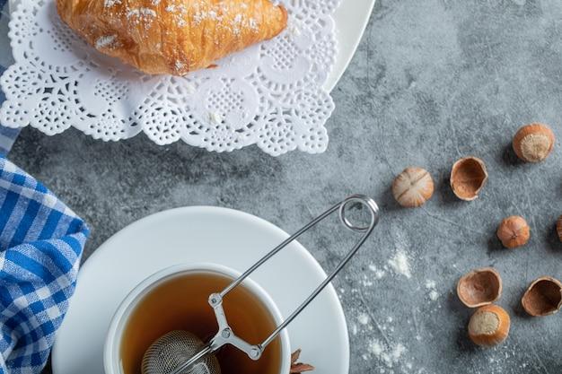 Ароматная чашка чая с вкусными круассанами.
