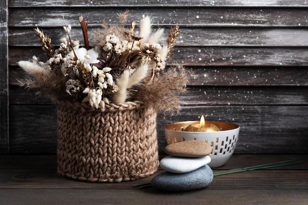 Ароматная золотая свеча на деревянном шебби шик