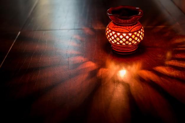 Ароматическая лампа красного света с эфирным маслом горящей свечи. spa room отель