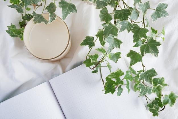 アロマメモ帳キャンドルと白いシートの上面図のメモ帳