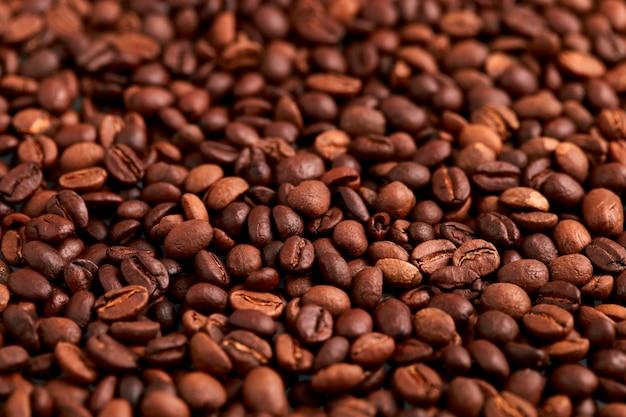 Аромат жареных кофейных зерен, коричневый на фоне угла