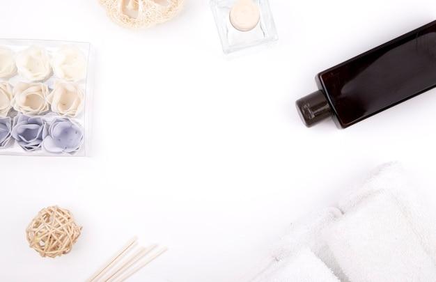 香りは白い背景の上のガラスに固執します
