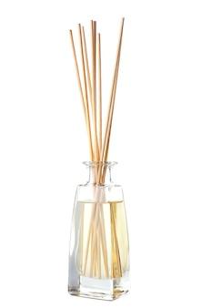 Ароматические палочки в бутылке с маслом на столе
