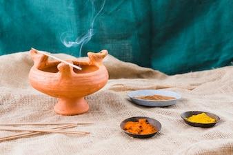 香りは異なるスパイスと受け皿の近くのボウルに固執します。