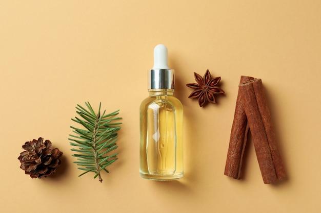 Концепция ароматерапии с сосновым маслом на бежевом