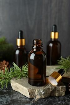 Концепция ароматерапии с сосновым маслом на черном дымном столе