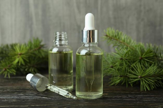 Концепция ароматерапии с сосновым маслом на деревянном столе