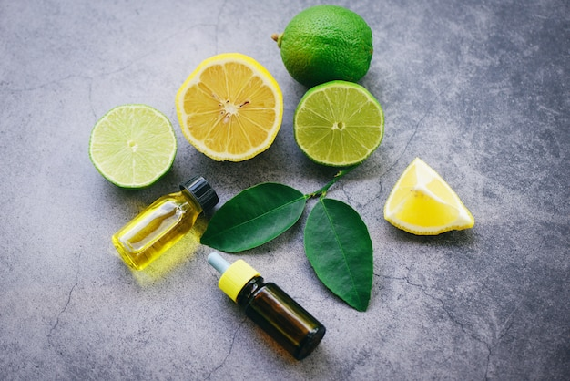 アロマセラピーハーブオイルボトルライムレモンとアロマの葉キャンドルハーブトップビュー-エッセンシャルオイル