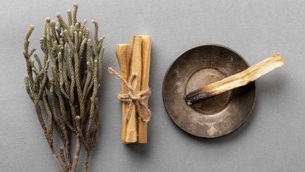 Вид сверху ароматерапевтической лаванды и ароматических деревянных палочек