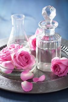 バラの花とフラスコ入りアロマセラピー