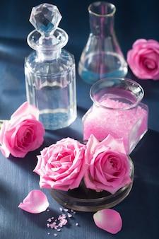 バラの花の塩とフラスコ入りアロマセラピー
