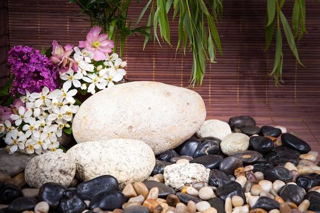 Ароматерапия, спа, косметические процедуры и оздоровительный фон с массажным камнем, цветами ... концепция спа