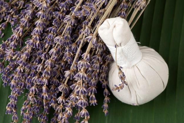 자연 배경에 라벤더 꽃과 허브 볼을 사용한 아로마테라피.