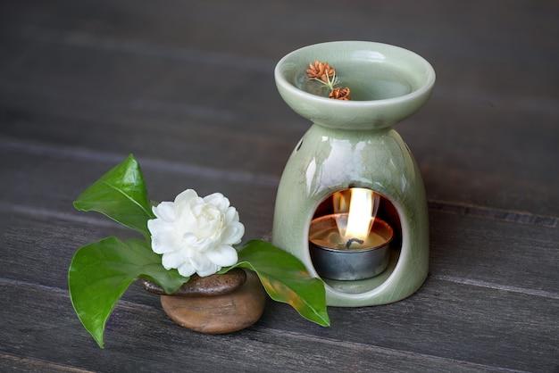 Ароматерпия с духами цветка жасмина на старом деревянном фоне.