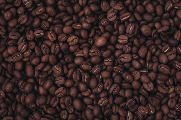 芳香族ブラウンコーヒー豆の背景上面図フィルムグレイン効果のある写真
