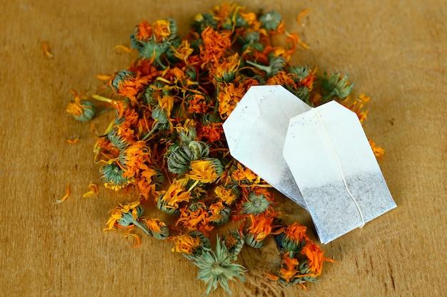 芳香族のキンセンカの花とティーバッグ