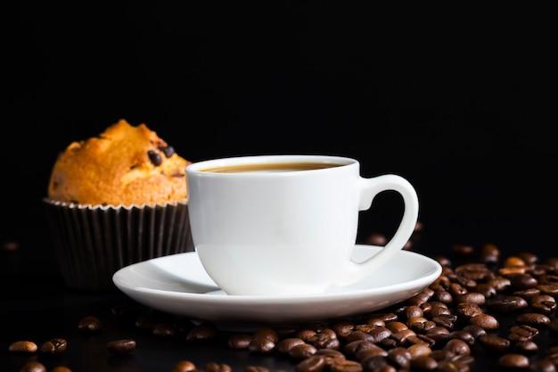 반죽과 초콜릿 조각으로 만든 향기로운 커피와 맛있는 패스트리, 커피 음료와 함께 진짜 맛있는 음식, 아침 또는 하루 중 언제든지 식사