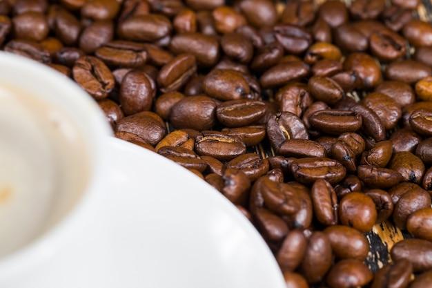 맛있는 커피 맛, 음식, 카페인이 많은 커피, 아침 또는 다른 식사 시간을 가진 향기로운 커피와 전체 커피 콩, 클로즈업