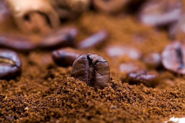 음료를 준비하는 동안 향기로운 커피 콩, 분쇄 커피 가루와 함께 맛있고 풍미있는 전체 커피 콩
