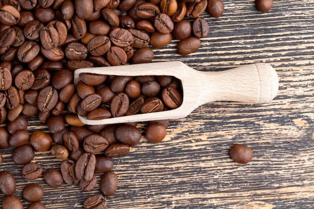 생 또는 볶은 형태의 향기로운 커피 콩, 맛있는 커피 생산을 위한 커피 콩