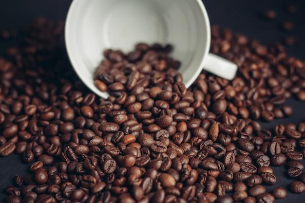 Ароматные кофейные зерна на темном фоне крупным планом крупным планом