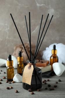 灰色の織り目加工のテーブルにディフューザーと芳香族の概念