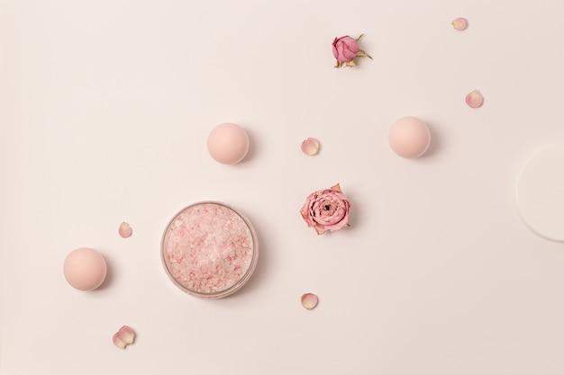 장미의 에센셜 오일 꽃과 바다 소금의 향기로운 결정