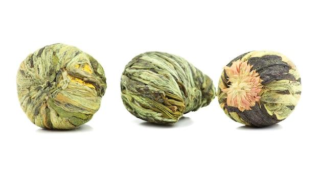 白い背景の上の芳香族花緑茶