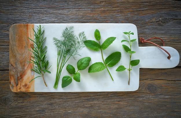 Ароматические травы кулинарных растений укропа розмарина