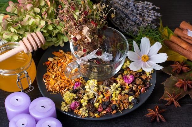 Ароматные травы сухого заварного чая. сушеные цветы, травы и ягоды
