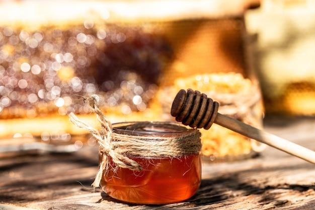 나무 테이블에 항아리에 향기로운 꿀