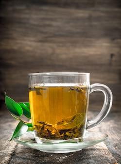 木製の背景に芳香族インド茶