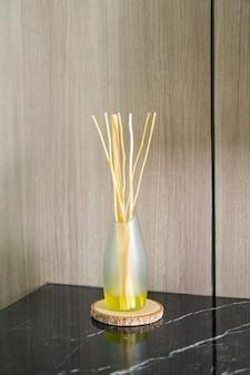 방에 있는 탁자에 있는 향기로운 갈대 청정기