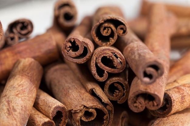 베이킹 롤에 향기롭고 맛있는 향신료를 만드는 데 사용되는 향기로운 고체 계피