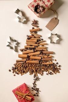 향기로운 향신료 수집과 크리스마스 트리로 다른 커피 콩