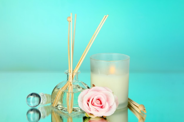 파란색 테이블에 꽃 냄새가 나는 가정용 아로마 스틱