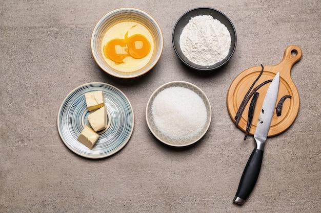 Ароматные ванильные палочки и ингредиенты для выпечки на столе