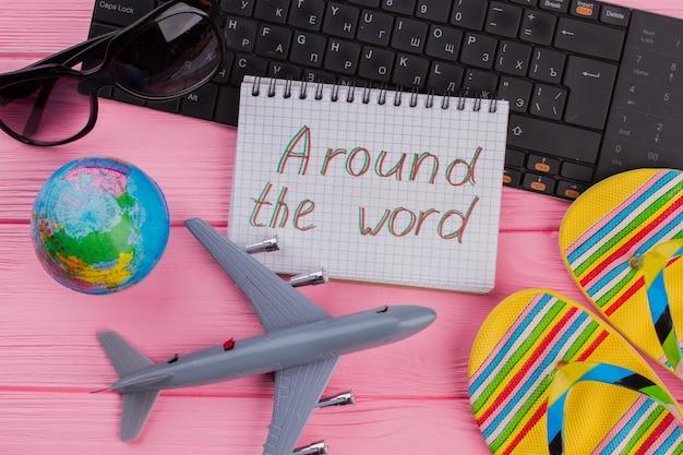 女性の旅行者用アクセサリーを備えたノートブックで世界中