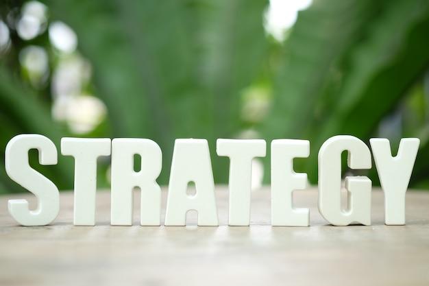 Организовать белые буквы стратегия