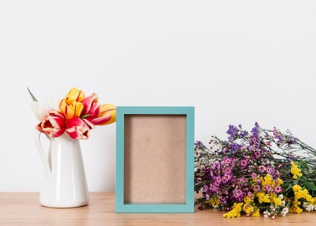青いフォトフレームと花を並べた
